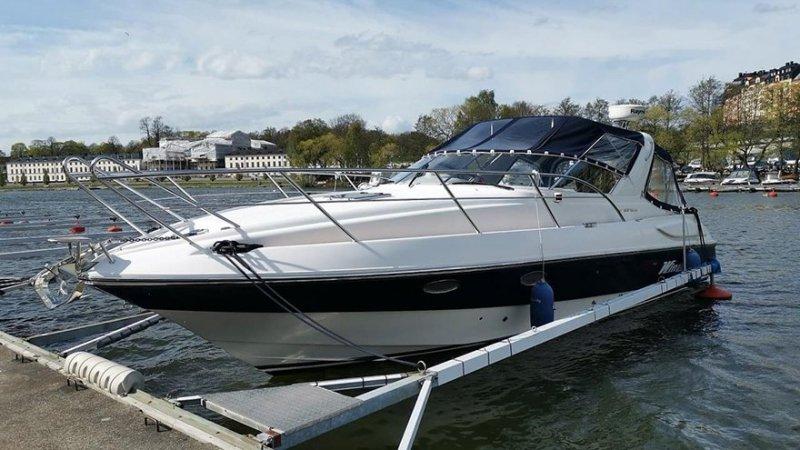Man tar en tur på sjön efter att vi har hjälpt till att köpa och sälja båt i Gävle.