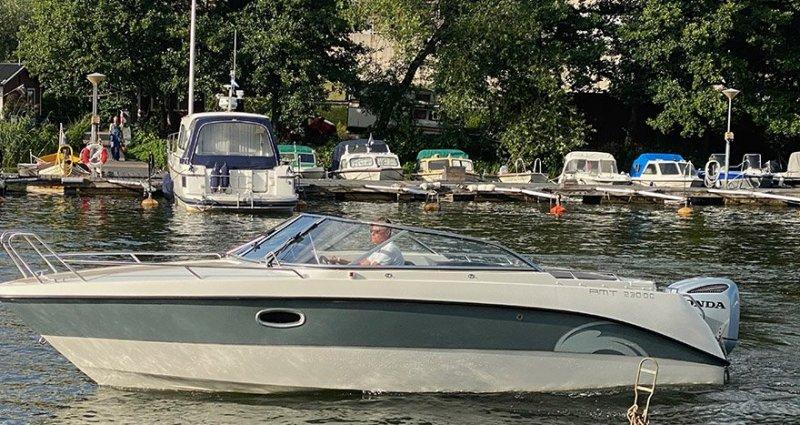 Man tar en tur på sjön efter att vi har hjälpt till att köpa och sälja båt i Stockholm.
