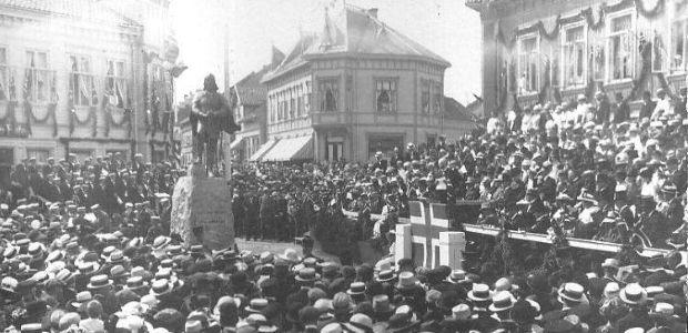 Avdukning av Olavsmonumentet i Sarpsborg i 1916.