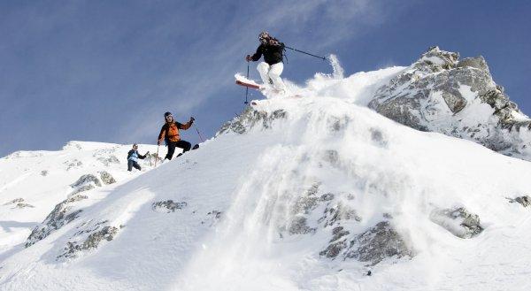 åker skidor nedför backe