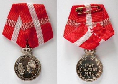 /1992-silver-jubilee-medal-front_back.jpg