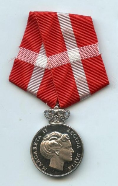 /ingrid-memorial-medal-which-commemorate-the-passing-of-queen-ingrid-7-11-2000-front.jpg