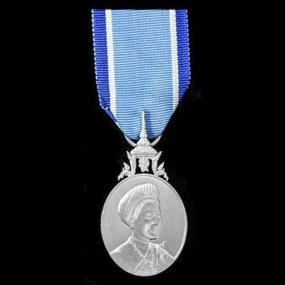 /commemorative-medal-on-the-occasion-of-the-72nd-birthday-anniversary-of-h-m-queen-sirikit-framsida.jpg