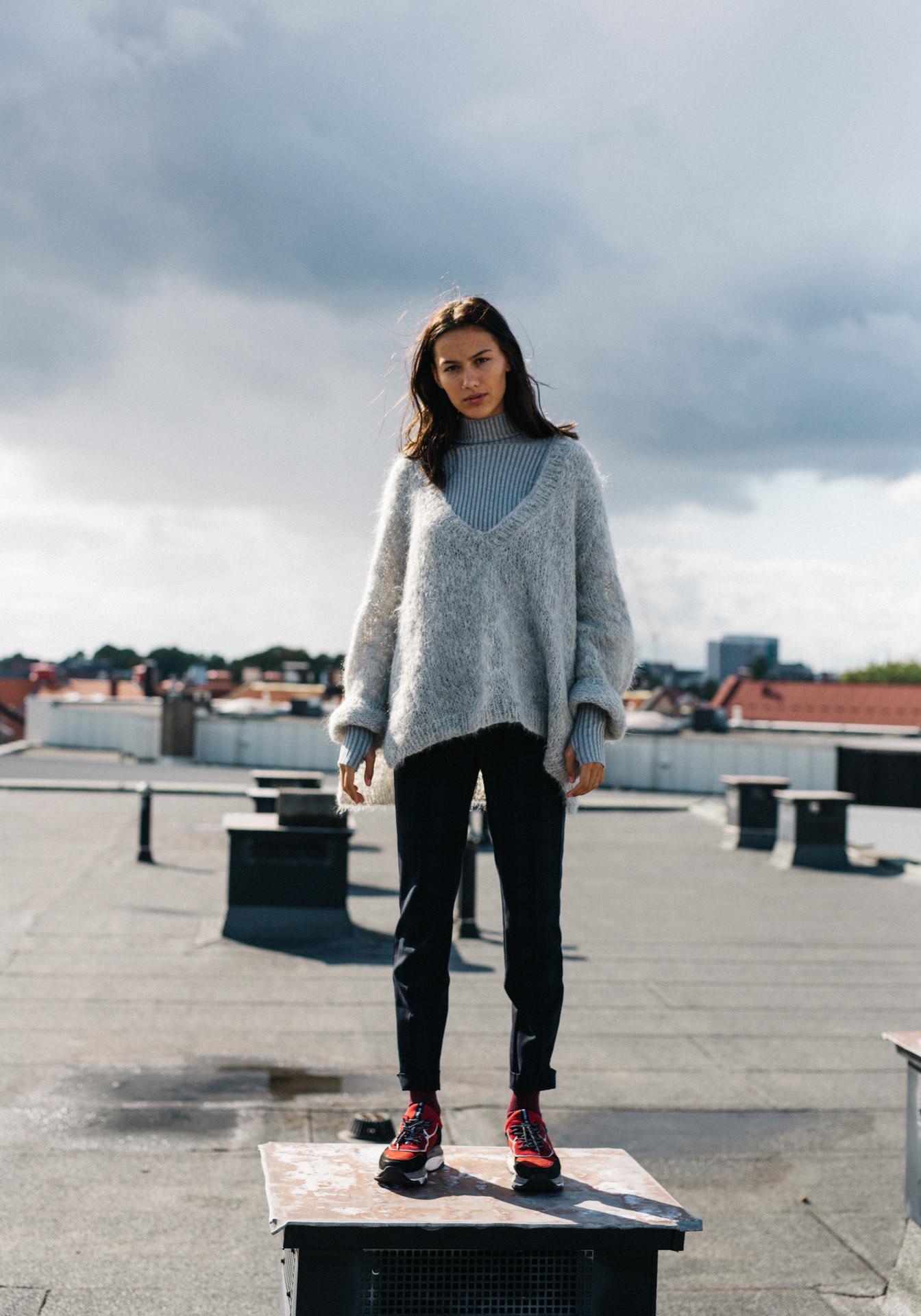 kolleksjonsbilde av modell i strikkegenseren Ella fra Skappel