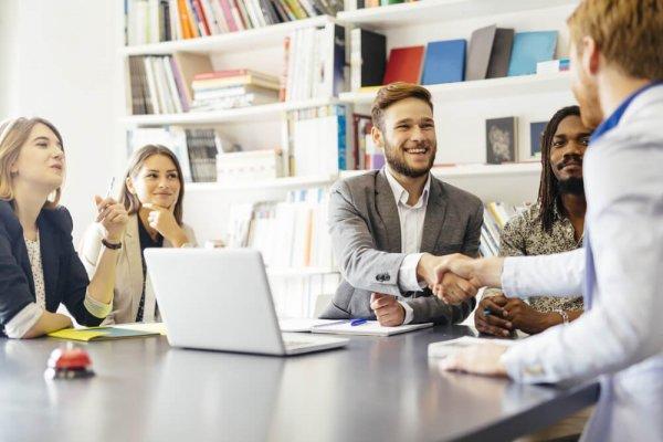 Affärsmän skakar hand på möte