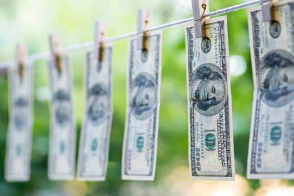 Dollarsedlar upphängda på tvättstreck