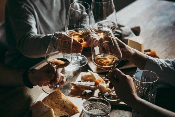 Fyra personer skålar runt matbord
