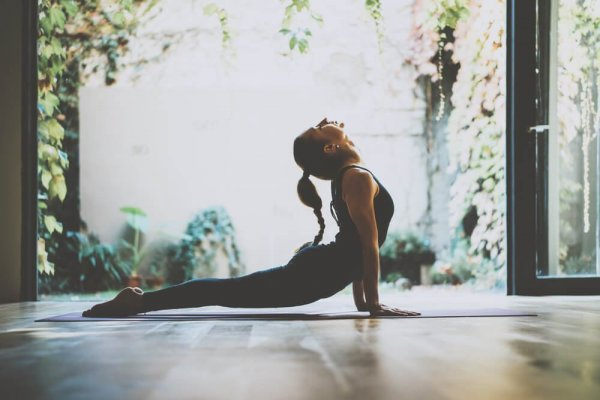 Kvinna göra yogapose i vacker miljö