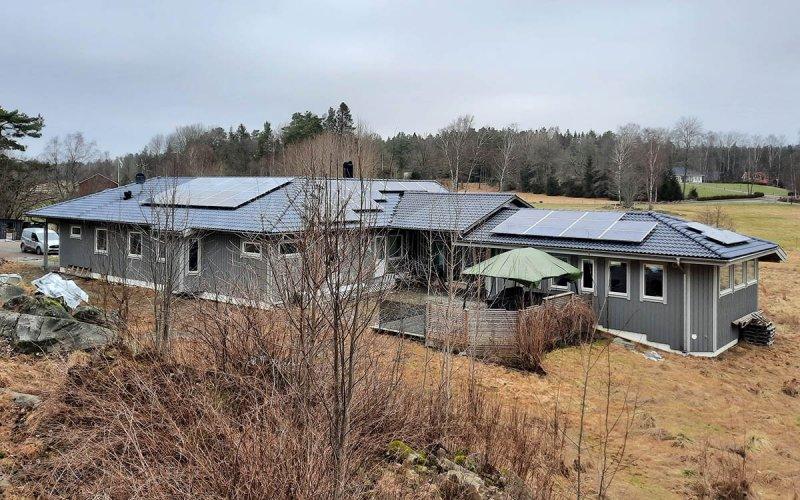 Grått hus med solceller i Göteborg.