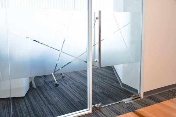 Vi hjälper er montera frostfilm på kontorsglas och fönster.