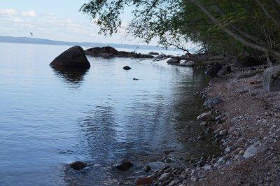 Stranden nedanför stugan.