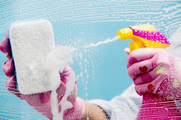Sprayflaska med rengöringsmedel och tvättsvamp