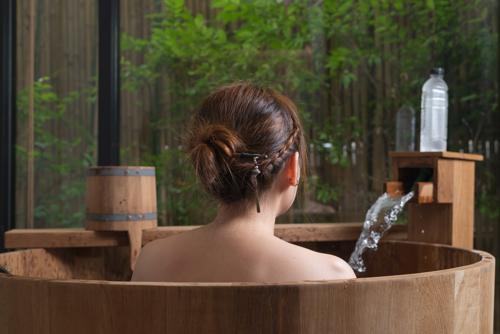 Kvinna i badtunna