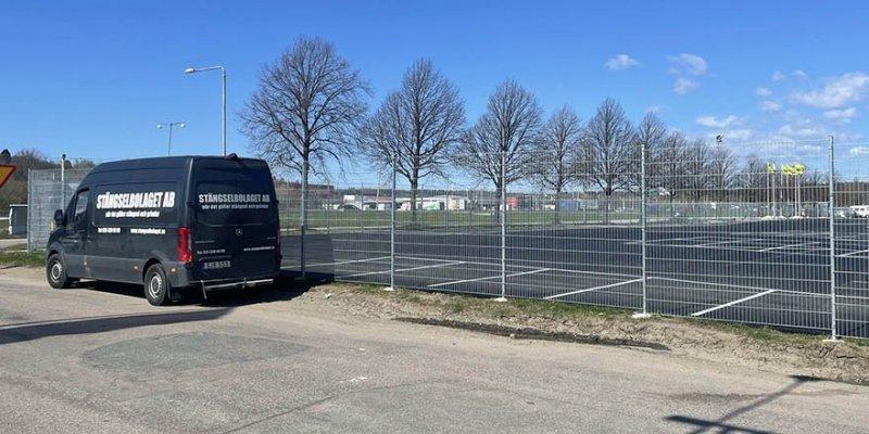 Stängsel i Stenungsund parkeringsplats.