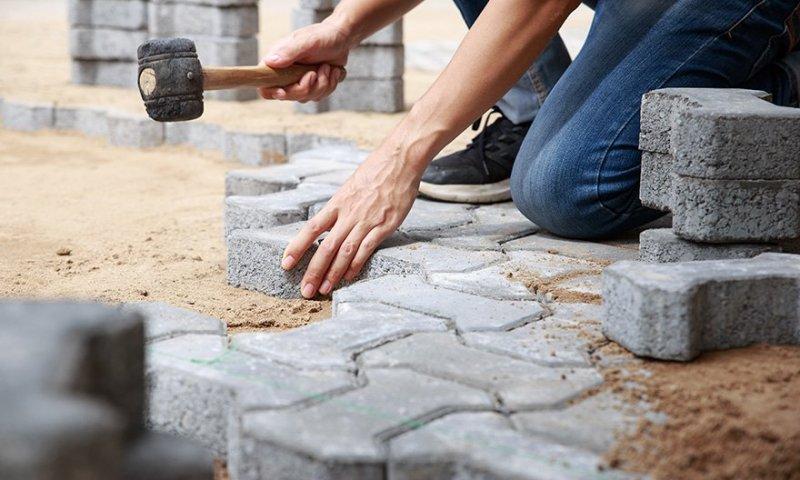 Våra kunniga stenläggare hjälper er med stenläggning i Huddinge.