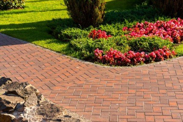 Vi kan hjälpa er med stenläggning i Söderköping runt huset eller trädgården.