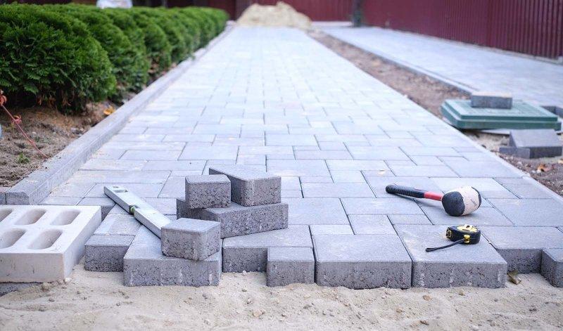 Kontakta oss idag om du behöver hjälp med stenläggning i Västerås.