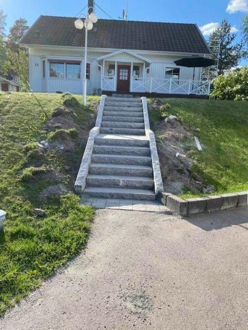 Här har vi utfört stenläggning på trapporna och gången vid ett privathus.