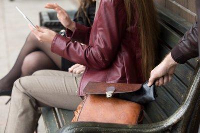 tjuv stjäl plånbok