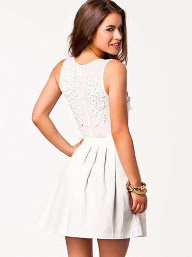 Vita studentklänningar hittar ni bland annat väldigt många hos Nelly.com.  Som denna ovan till exempel. 34ae5773f551a