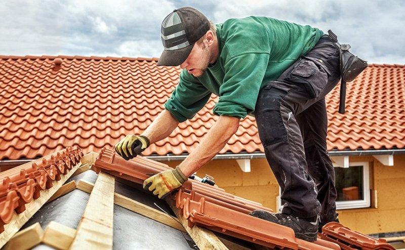 Som takläggare i Örebro kan vi hjälpa dig sätta nytt tegel på ditt tak.