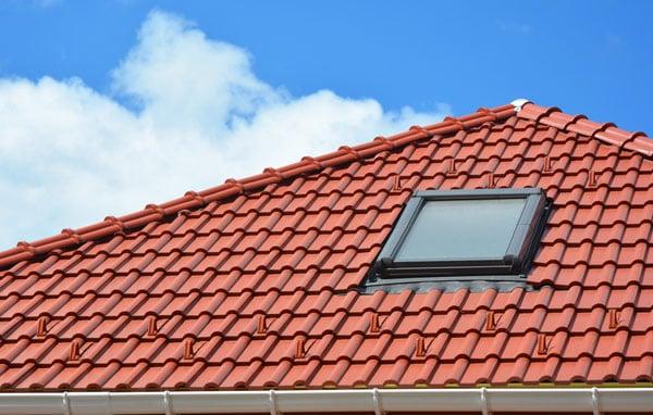 rött tegeltak med takfönster