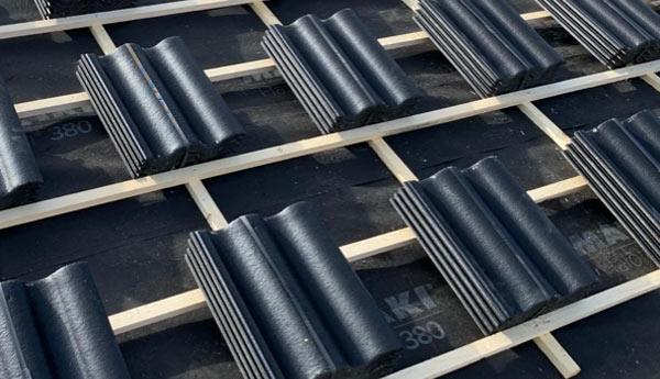 takläggning i Stockholm med svart tegel
