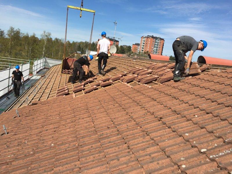 Takläggare i Karlstad arbetar.
