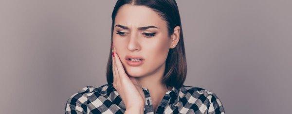 kvinna med ilningar i tänderna