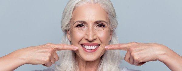 kvinna med tandimplantat