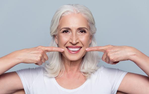 äldre kvinna med bra tänder på grund av tandvårdsbidrag