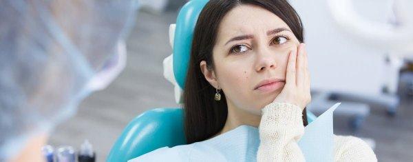 kvinna med feber och tandvärk