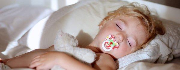 barn som suger på napp
