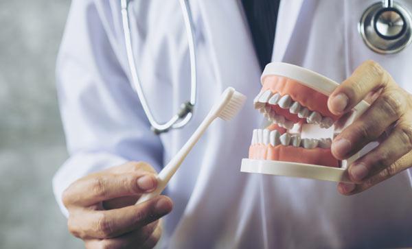 tandhygienist i Sundbyberg som visar hur man borstar tänder