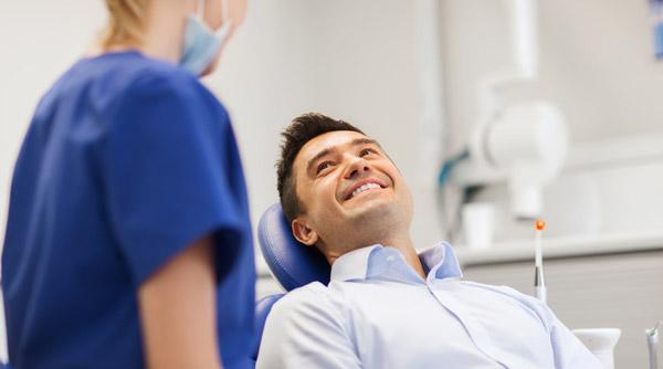 man får tandläkarundersökning