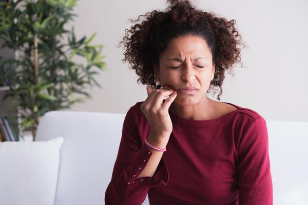 kvinna med gingivit (blödande tandkött)