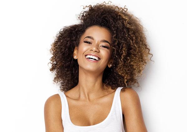 leende kvinna efter tandblekning