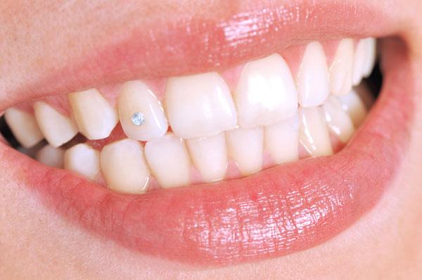 kvinna med tandsmycken