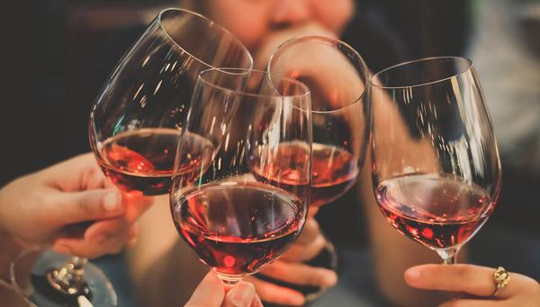 vin kan leda till frätskador på tänderna