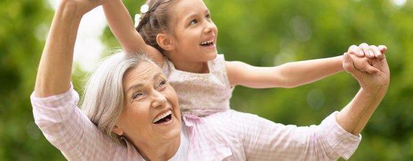 äldre kvinna med litet barn