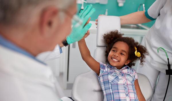 ett glatt barn hos tandläkaren