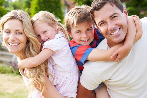 glad familj med vita tänder