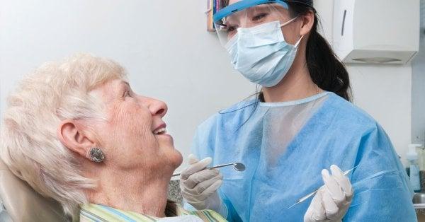 äldre kvinna hos tandläkaren