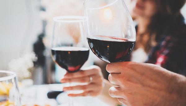 två personer dricker rött vin
