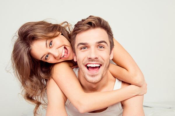 två unga leende människor