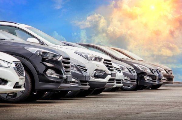 Bilar som står på rad
