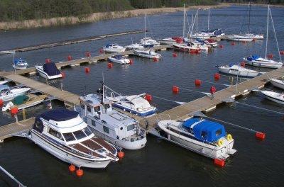 vi bygger också längre flytbruggor hos båtklubbar, kommuner och marinor