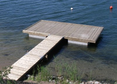 träbetongbrygga med plattform längst ut