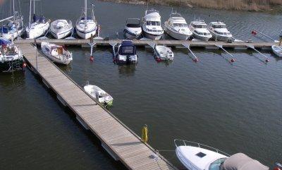 vi bygger också större brygganläggningar hos båtklubbar, kommuner och marinor