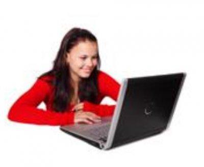 jente og datamaskin